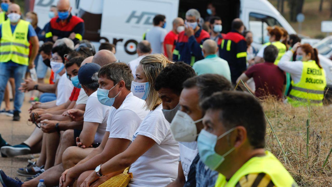 Trabajadores de Alcoa se manifiestan en Santiago.Empleados de la fábrica quemaron el cartel de Alcoa, en la entrada, al iniciar la huelga del pasado día