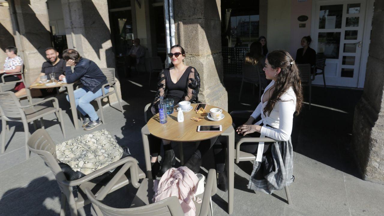 A primera hora, muchos disfrutaron del sol y de tomar algo al aire libre en la zona de la Marina