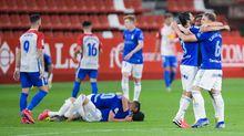 Los jugadores del Oviedo se abrazan al término del encuentro