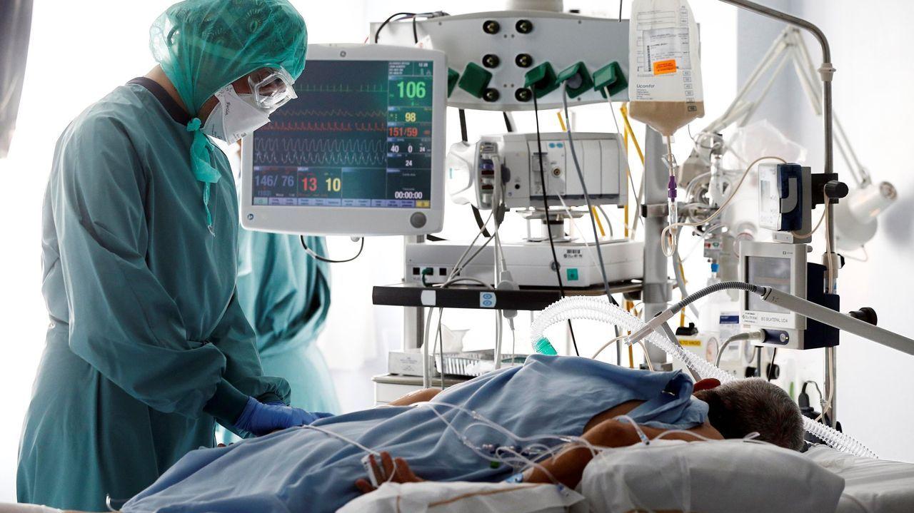 Un paciente con covid en la uci de la Clínica Universidad de Navarra