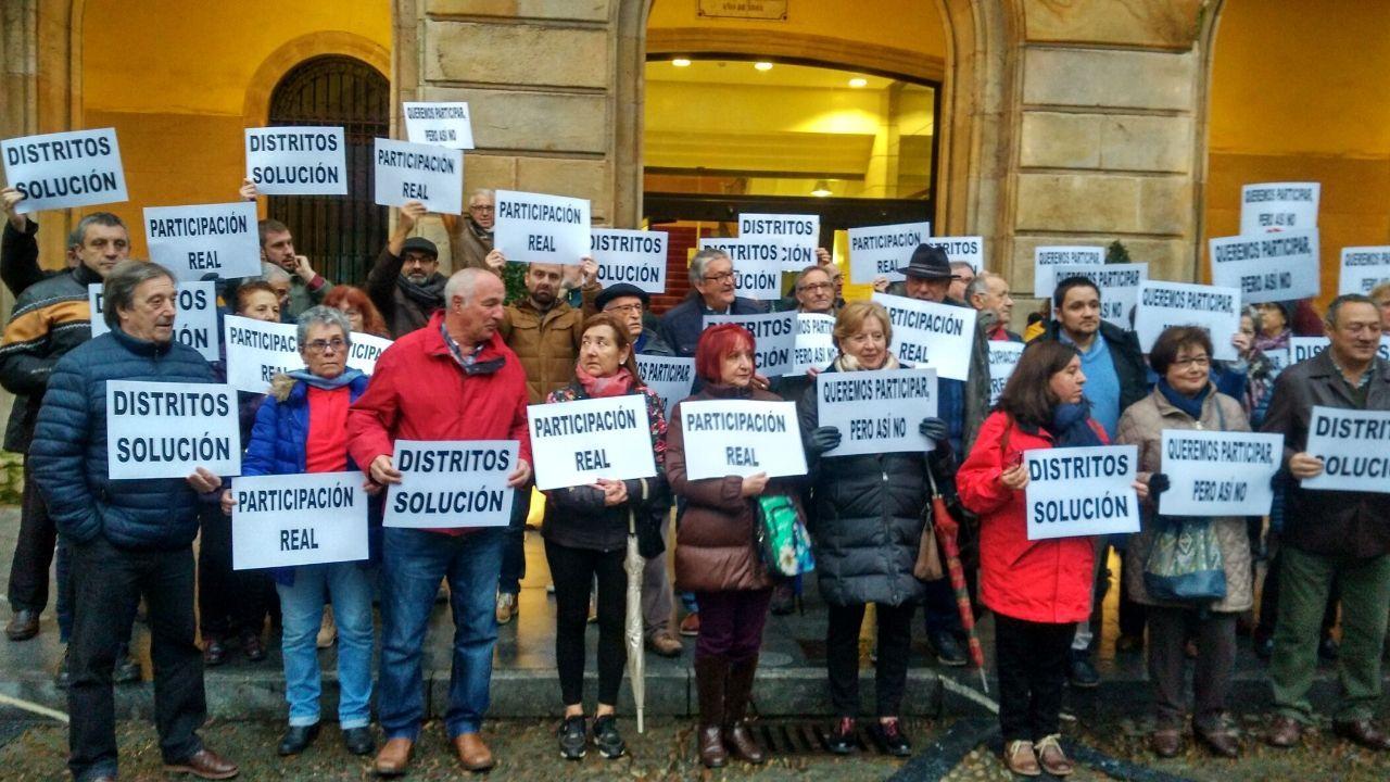 Cimavilla.Representantes de todas las asociaciones vecinales de Gijón, ayer ante la casa consistorial, con las pancartas en las que exigen soluciones y participación real