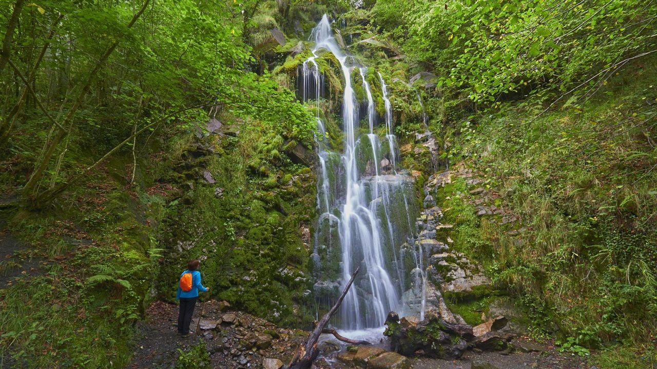 Puesta de largo de una ruta de senderismo por los Penedos de Pasarela y Laxe: las imágenes.Cascada Xurbeo, en el concejo de Aller