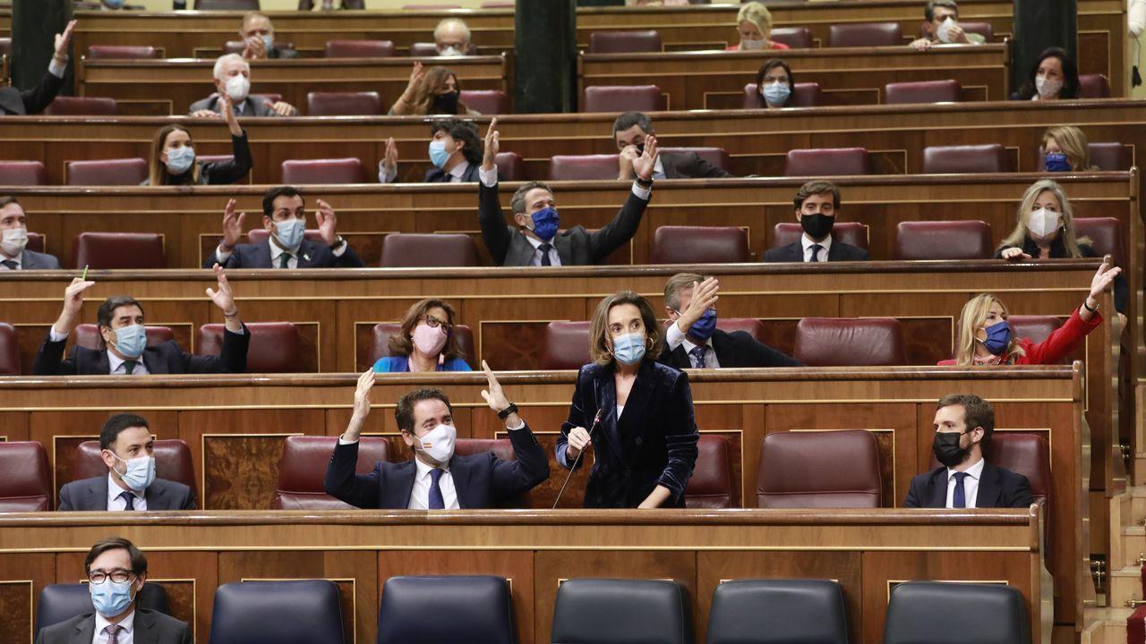 Pablo Casado habla desde su escaño en el Congreso