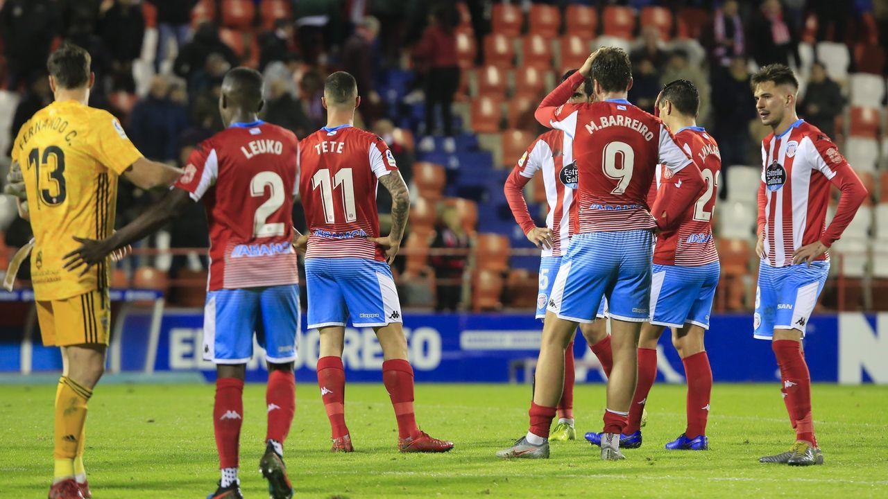 Ibra y Diego González disputan un balón en el Oviedo-Málaga