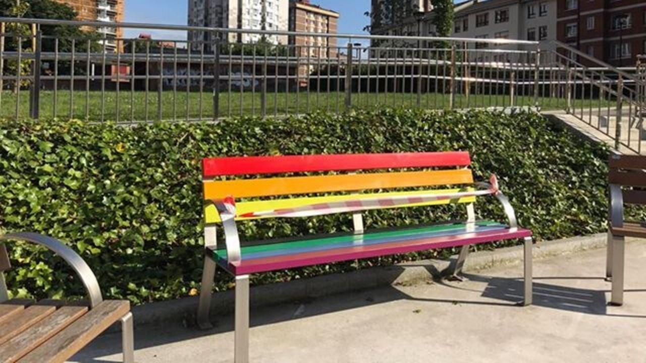 Un plato de almejas de Carril con sorpresa.Uno de los bancos arcoíris que ya están pintados en el barrio del Polígono, en Gijón