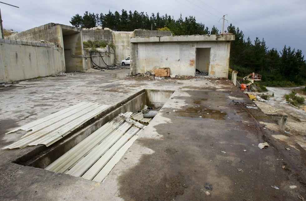 Del entorno de la antigua cantera queda todavía por retirar toda la estructura de hormigón.