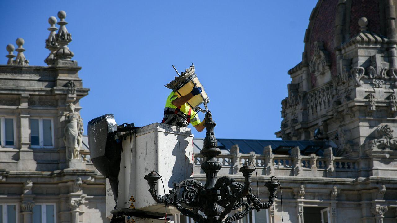 Los operarios comienzan a reparar los desperfectos de la plaza de María Pita.imagen de archivo de un simulacro de los bomberos