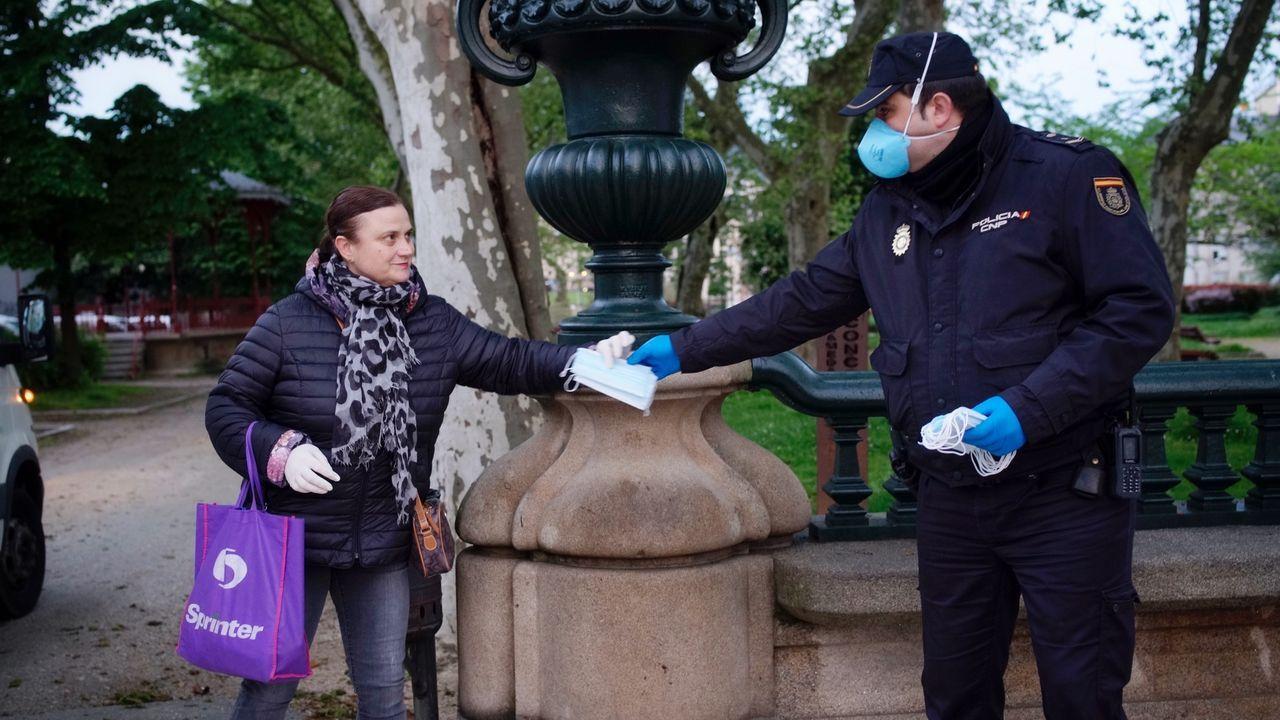 La Policía Nacional repartió mascarillas en la Alameda de Ourense