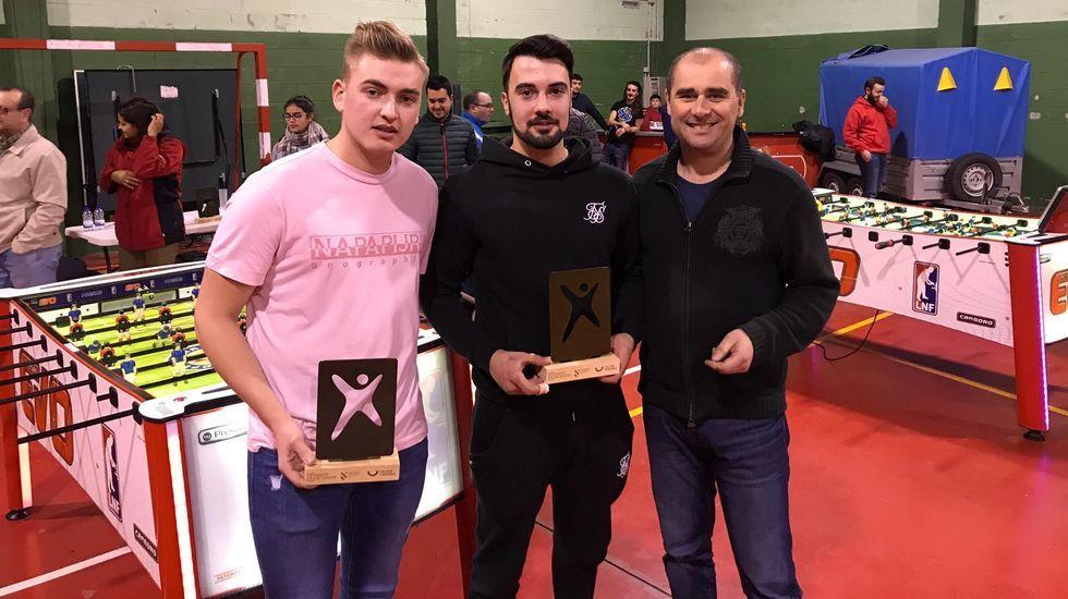 Alejandro e Iván reciben su trofeo de subcampeones de manos del alcalde de O Incio, Héctor Corujo
