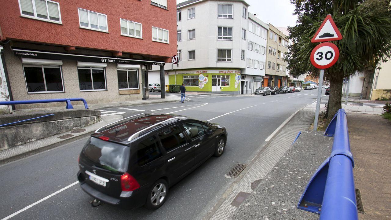 sigras.José Andrés Medina, en su bici, en una calle del centro de Gijón