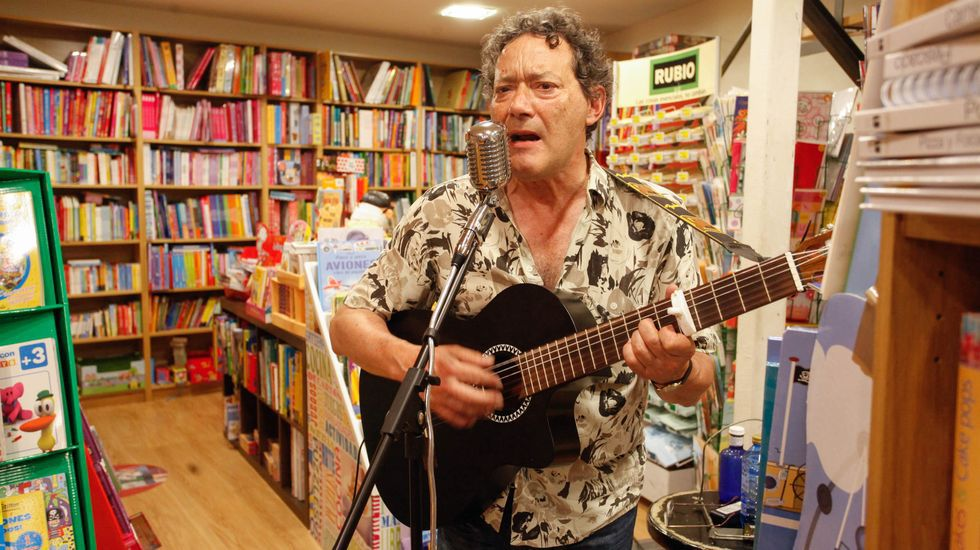 El escritor Antón Valcarce presenta libro, con recital y cancion, en la Librería La Voz de la Verdad