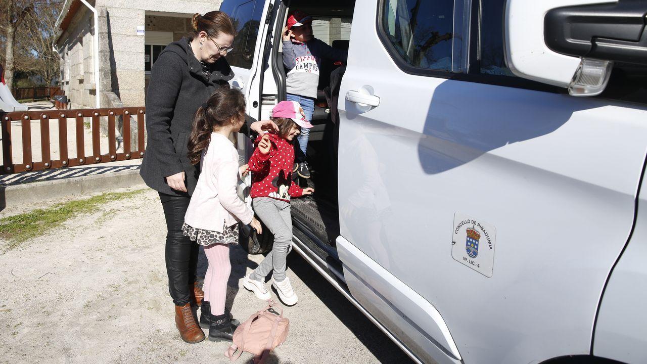 Alfonso Rueda se pone a los mandos del nuevo coche patrulla de la polícia local de Vilanova.Un taxi se encarga de llevar y traer a los alumnos del CRA de Ribadumia que lo necesitan