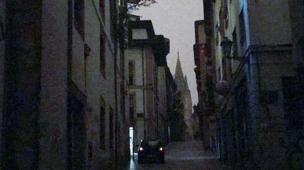 La calle Mon, con la catedral de fondo