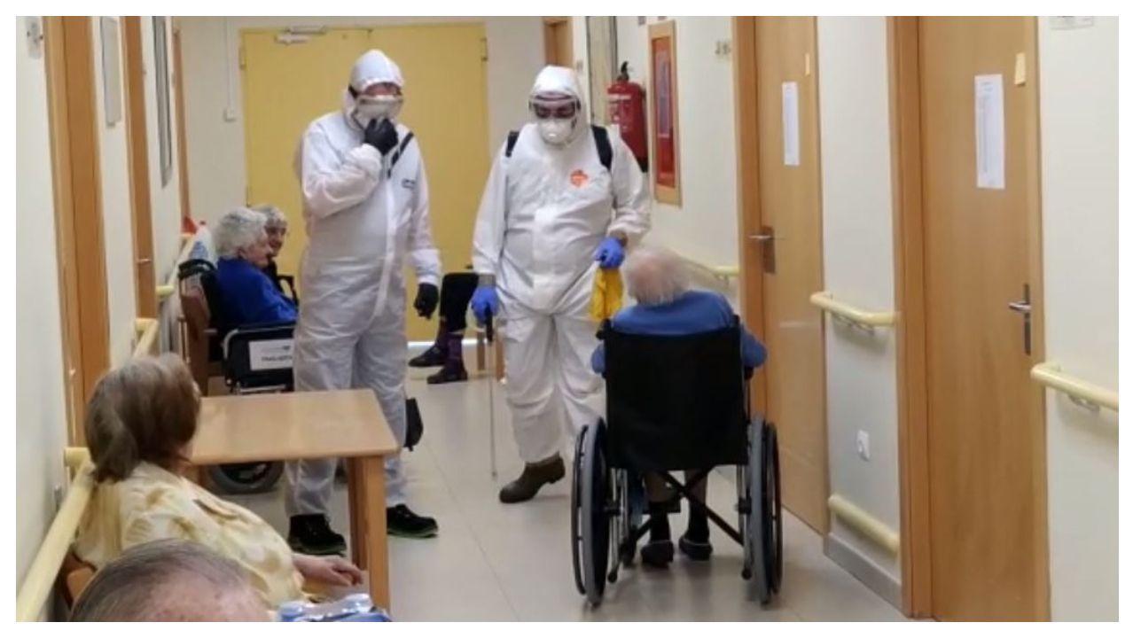 Los trabajadores de la residencia de Os Milagros despiden a los mayores recuperados.Imagen de la residencia de mayores de Cangas, que fue inetrvenida por la Xunta la pasada semana