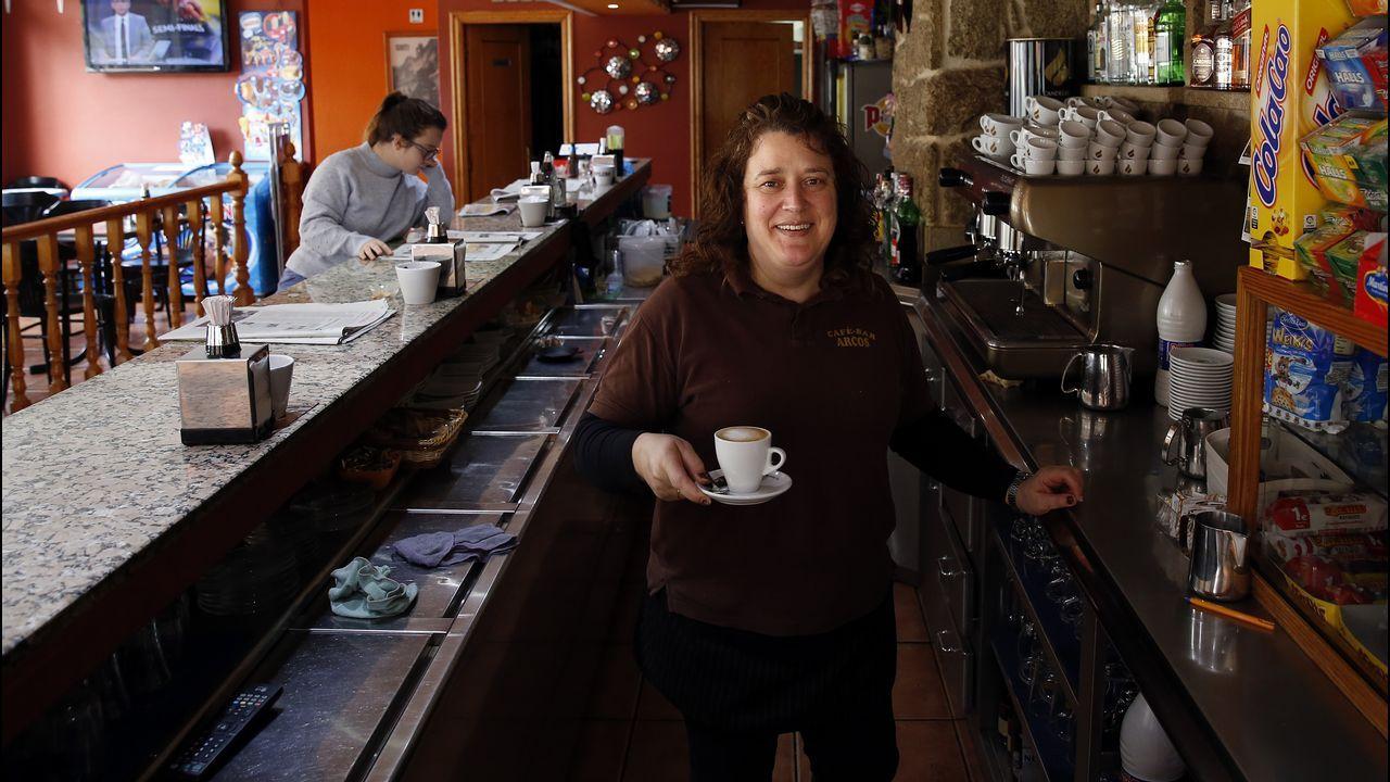 Teresa Martínez, del Bar Arcos, detrás de la barra sirviendo cerca de los Juzgados de Ribeira