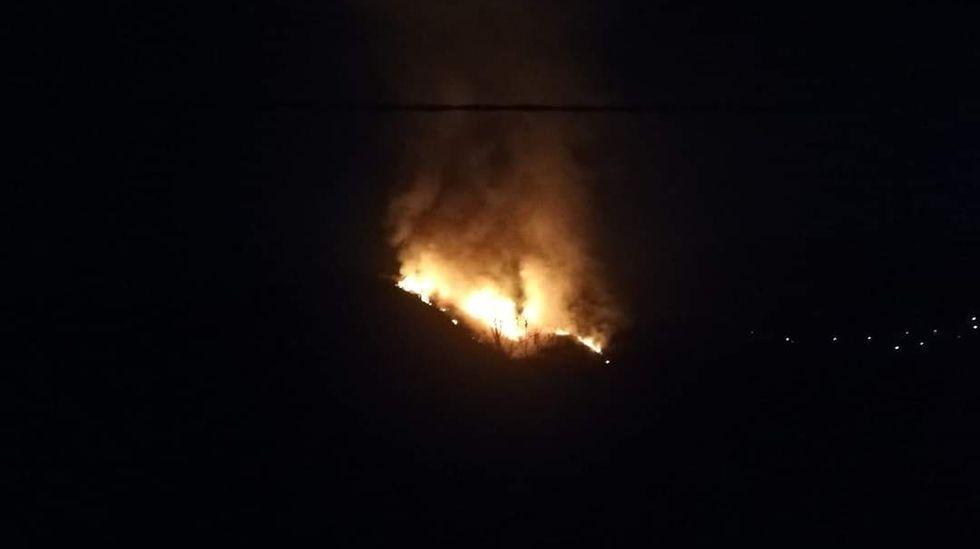 Las fotos del incendio de Marcelle, en Monforte.Imagen del incendio de esta noche en Seoane do Courel publicada en Twitter