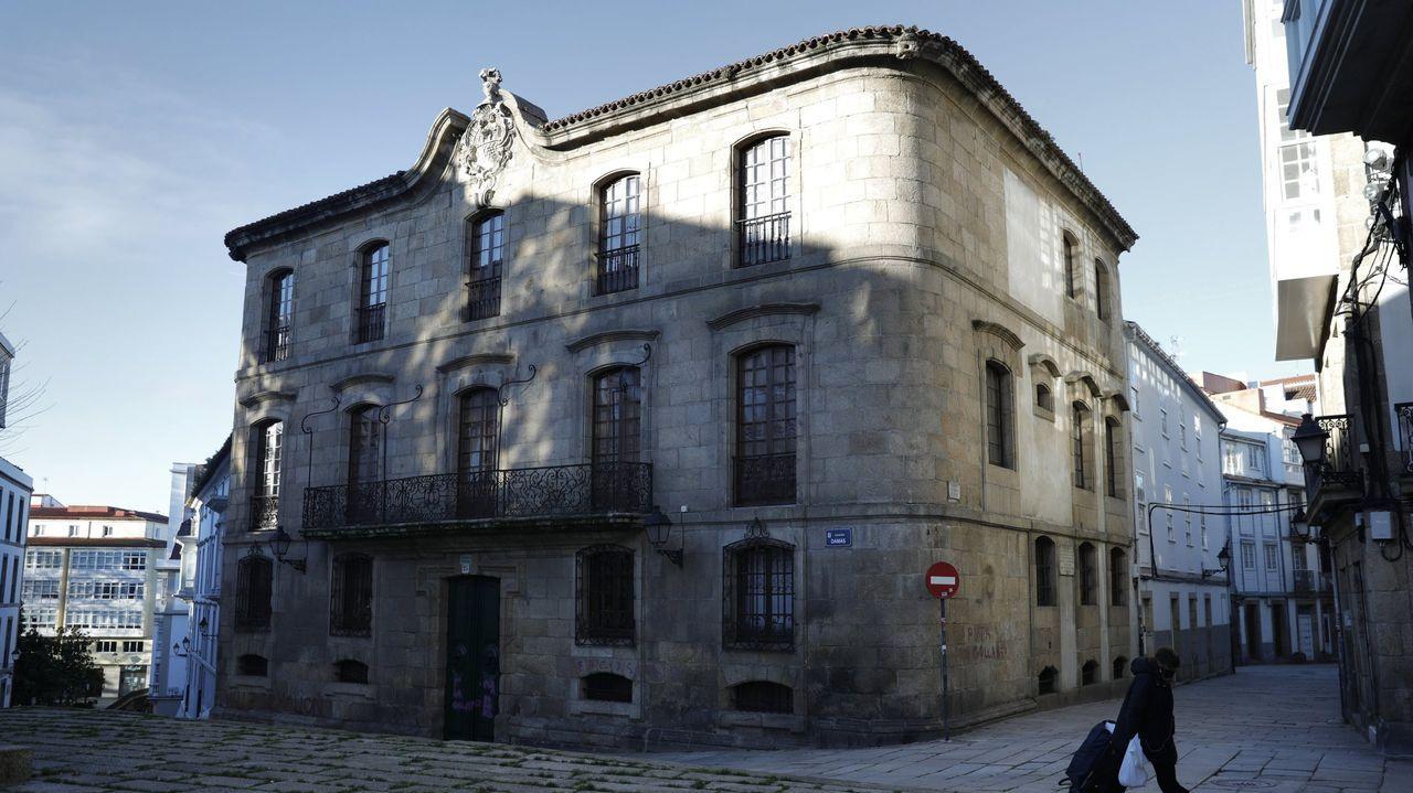 Los bienes de interés cultural de Barbanza.Escudo franquista en la fachada de la entrada principal de la Laboral