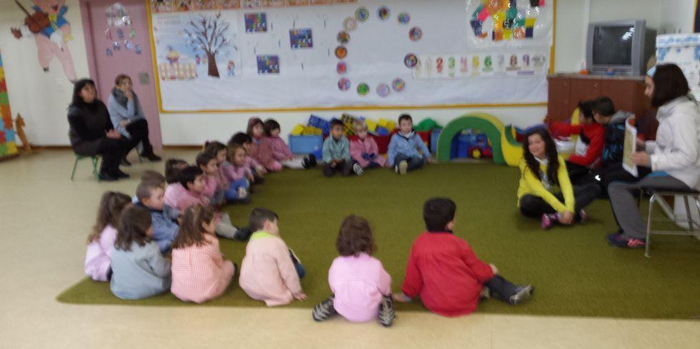 Os alumnos organizaron actividades de lectura para anciáns e cativos.
