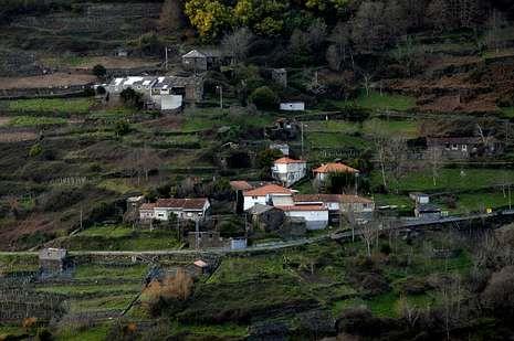 Vista xeral de Papelle, a aldea natal de Juan González, situada na beira do río Miño.