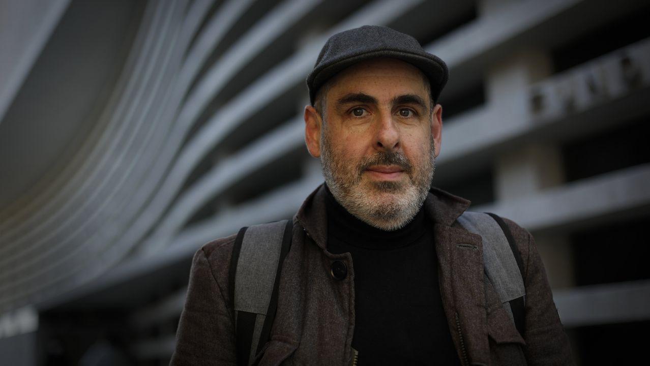 Juan Lesta en el exterior de la Fundación Luis Seoane de A Coruña