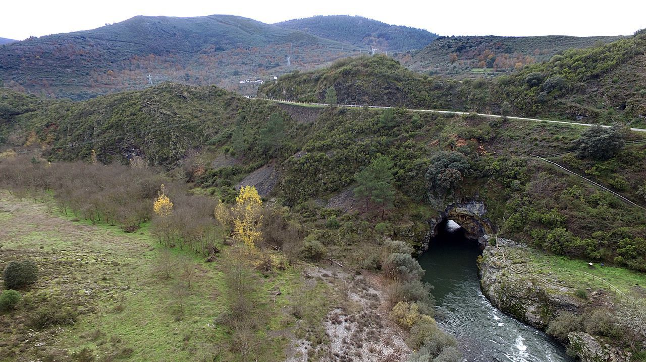 Una foto aérea del túnel minero romano tomada con dron durante la realización del estudio