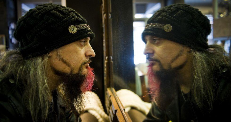 Tony Torres tiene La Doom, en la calle Sartaña, un bar para moteros como él: «En moto encuentras paz; la banda sonora es el silencio».