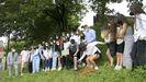 Los alumnos enterraron la cápsula en una de las zonas verdes del centro educativo