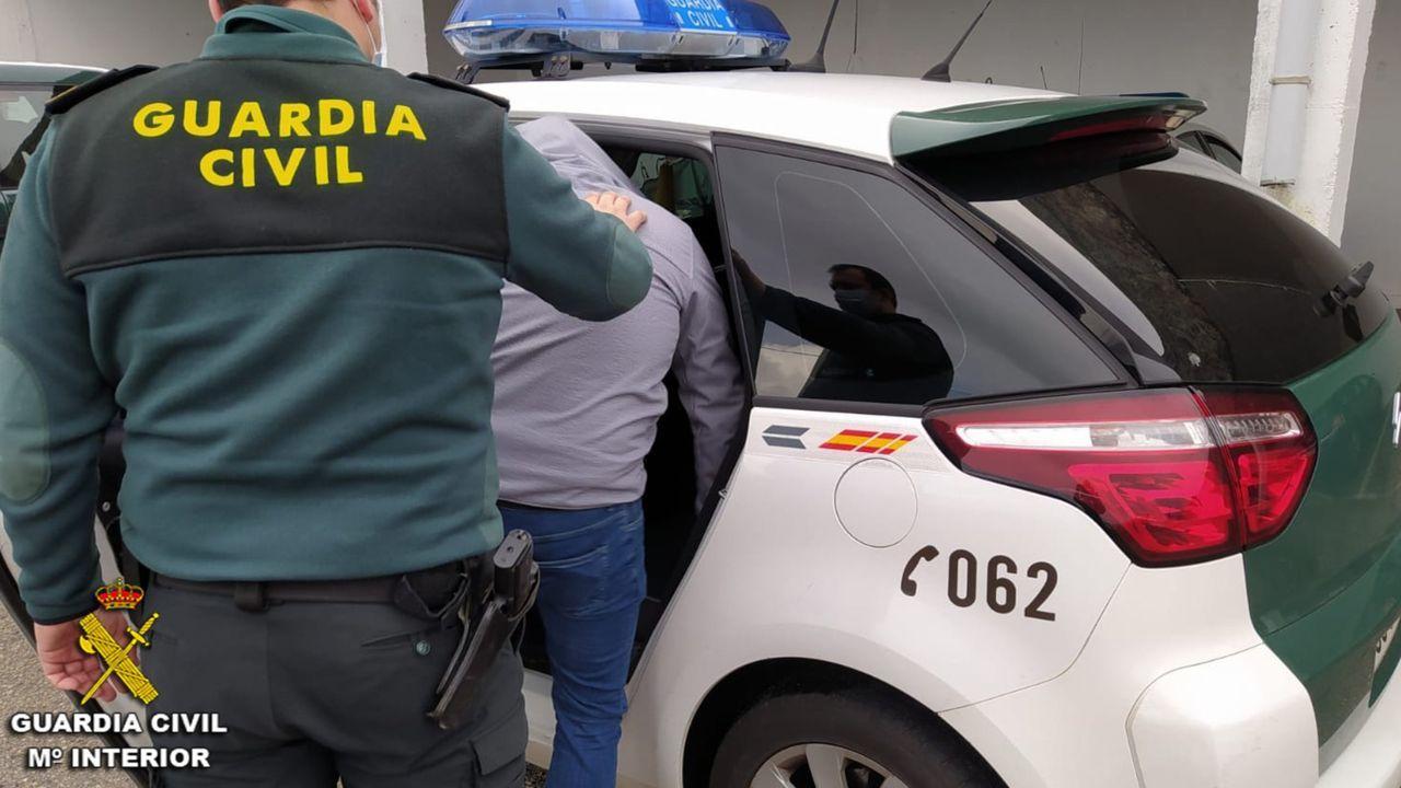 Varios bañistas detienen a narcotraficantes en una playa de Granada.Imagen de archivo de un detenido entrando en el coche de la Guardia Civil
