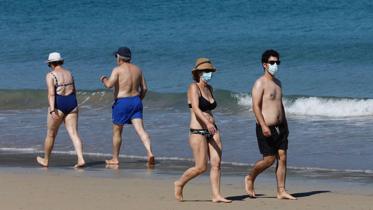 Bañistas con mascarilla en la playa da Area, en Viveiro