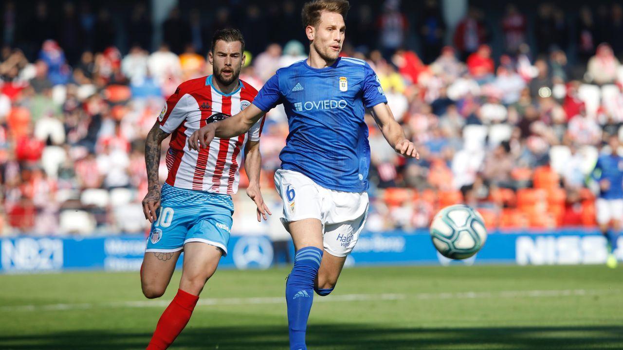Carlos Hernández disputa un balón con Carrillo durante el Lugo - Real Oviedo