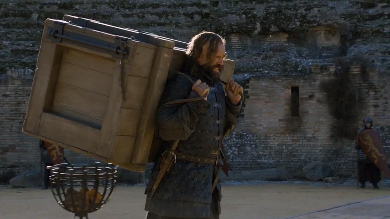 Sandor porta la caja con el espectro capturado más allá del Muro