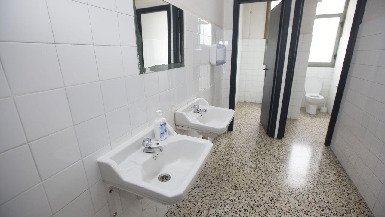 Baños en el instituto Alfredo Brañas de Carballo