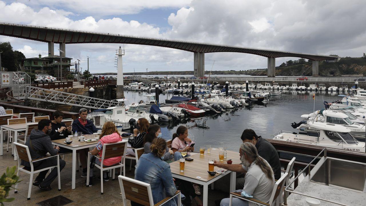 Terrazas con vistas a la ría y al puerto deportivo para disfrutar de la gastronomía local  en Ribadeo