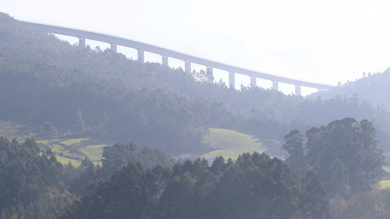 El presidente del Principado, Javier Fernández, y el ministro de Fomento, Íñigo de la Serna, conversan sobre el puente de Cornellana, en la autovía de La Espina.El tren de FEVE Pravia-Gijón, a su llegada a la estación, con la comitiva de SOS Tren Asturias
