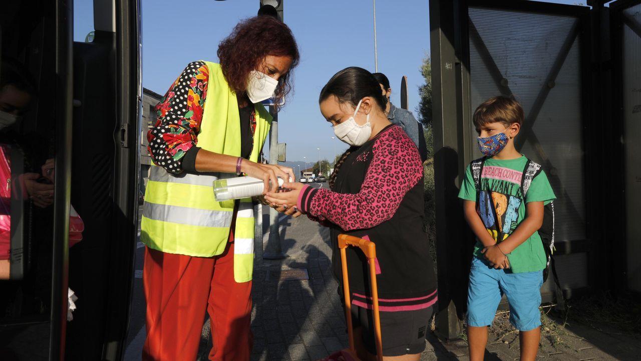 Vuelta al cole en Ourense.Teresa salía ayer de casa de la mano de su madre, Alberta, con su padre Luis y su hermana Tina, camino de su primer día del colegio.
