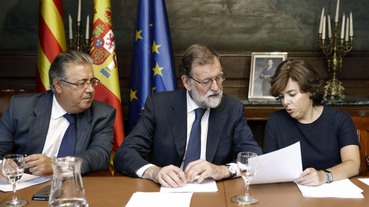 El presidente del Gobierno, Mariano Rajoy, junto al ministro del Interior, Juan Ignacio Zoido, y la vicepresidenta, Soraya Sáenz de Santamaría, durante la reunión con responsables de las Fuerzas de Seguridad del Estado