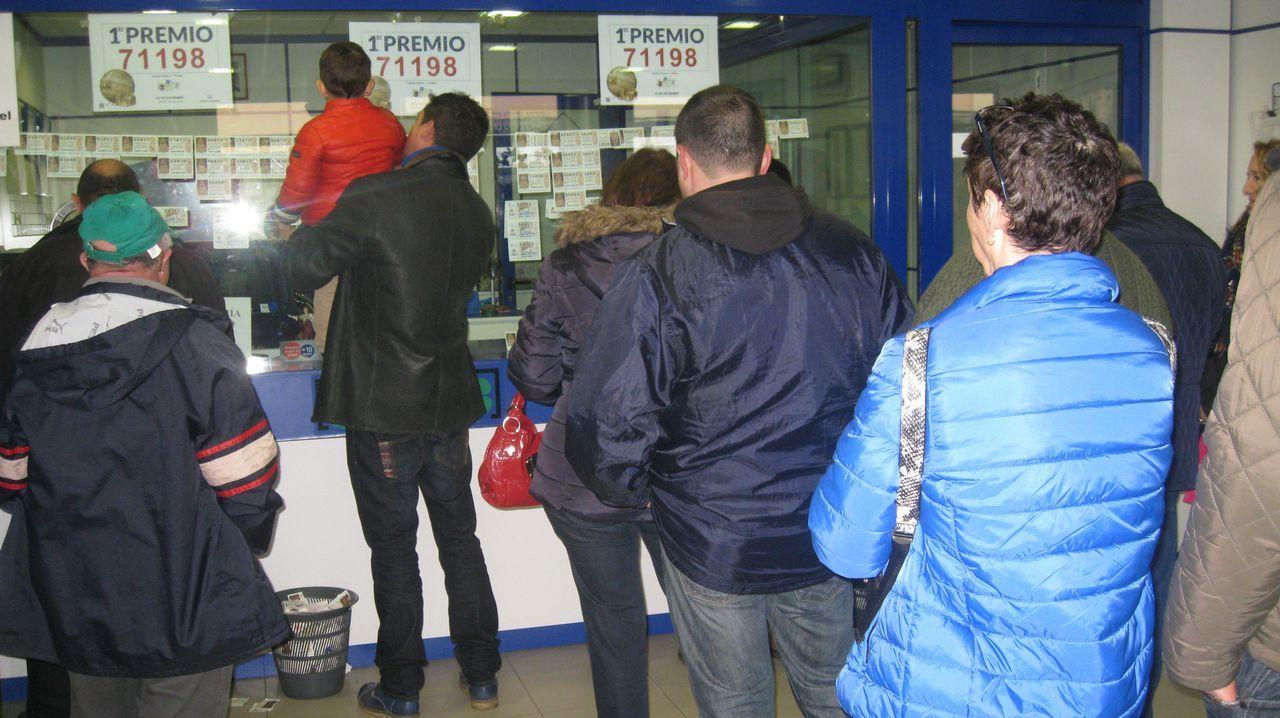 El X de la Suerte vendió dos décimos del segundo premio de la Lotería de Reyes.El responsable de la administración de loterías número 4 La Regenta Paredes-Siero), Sergio Díez acompañado de su esposa