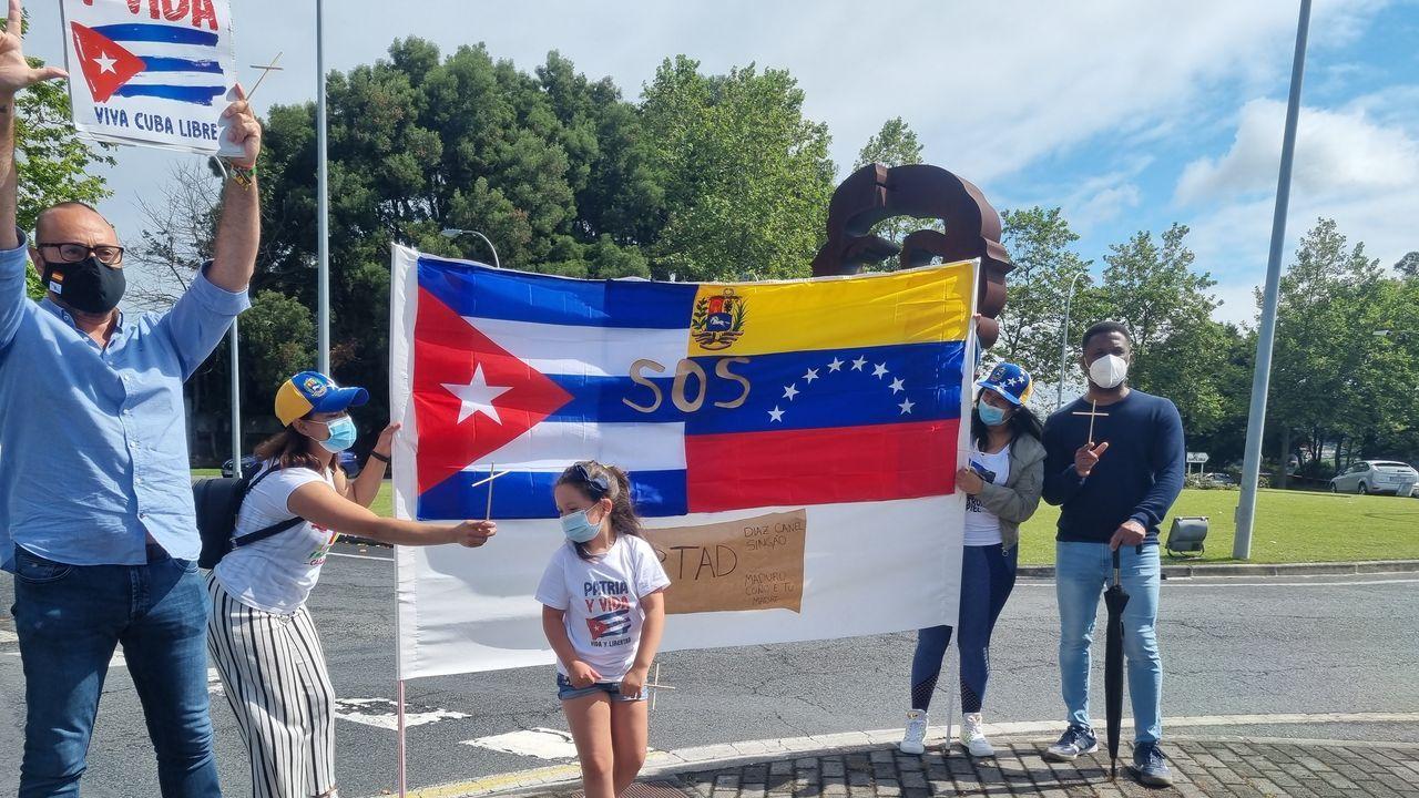 Un centenar de personas secundan la concentración contra Cuba junto a la estatua del Che en Oleiros.Eduardo Guillén nunha das burbullas astronómicas que a súa empresa oferta en Oleiros.