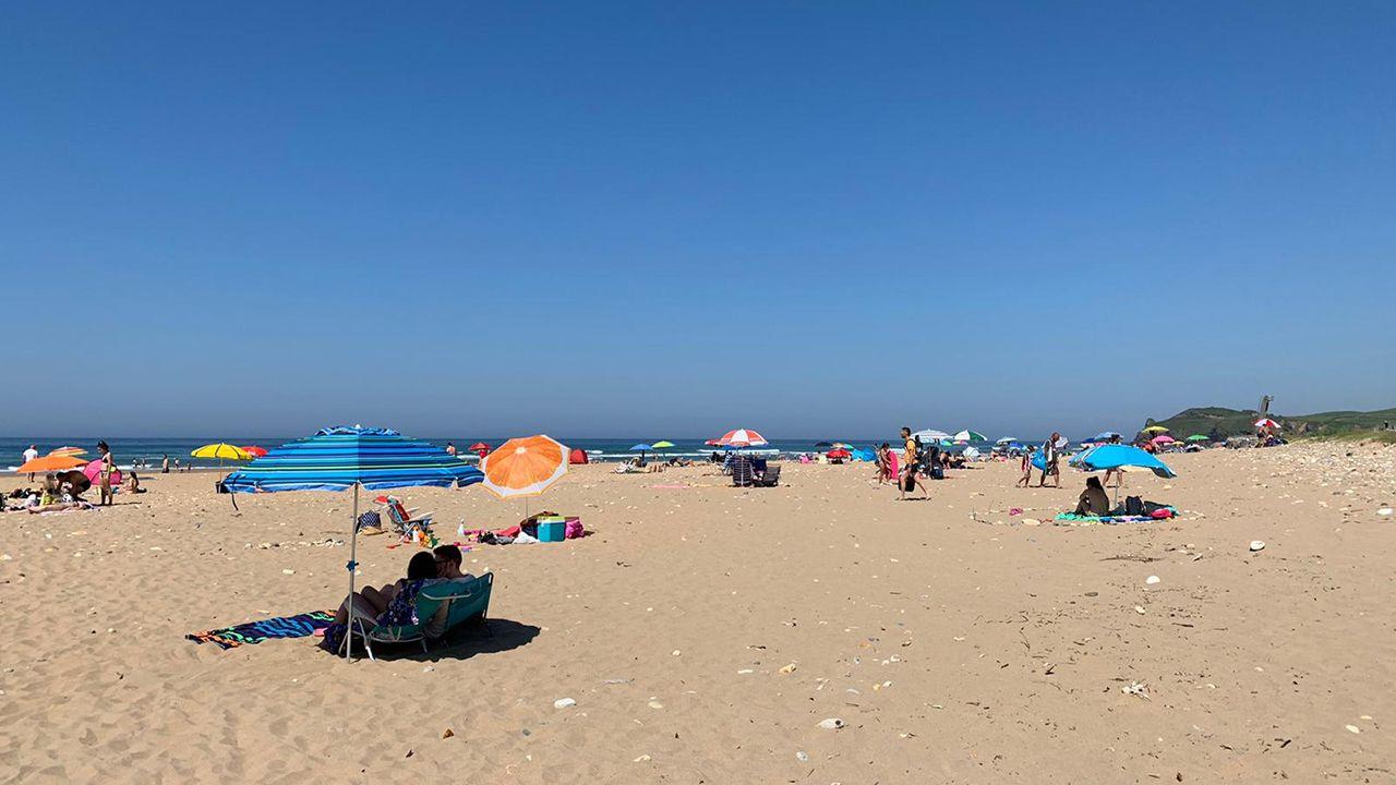 La playa de Rodiles durante la primera ola de calor del año en el Principado
