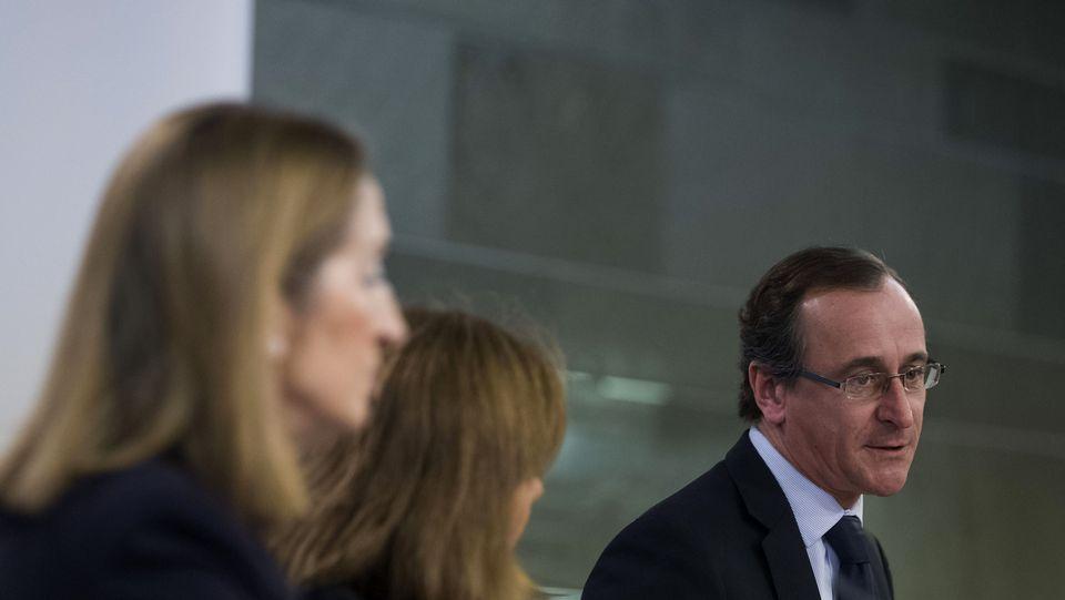 El ministro de Sanidad, Servicios Sociales e Igualdad, Alfonso Alonso, junto a la vicepresidenta del Gobierno, Soraya Sáenz de Santamaría (c), y la ministra de Fomento, Ana Pastor (i)