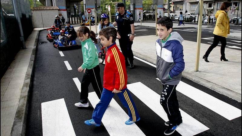 Creciendo en seguridad vial.Protesta de Dereitos Sociais de Coia para agiliar las ayudas municipales de emergencia.