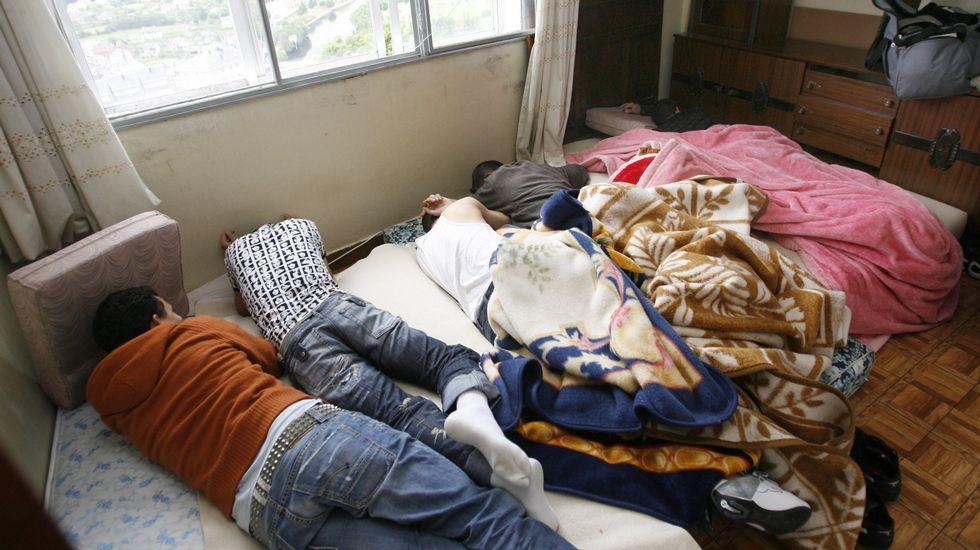 Las carreteras lucenses, preparadas para el frío siberiano.Piso patera con al menos 13 ocupantes. Las imágenes corresponden a un piso patera de Lugo que llegó a tener hasta 13 ocupantes a los que descontaban 45 euros al mes por la habitación.