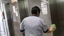 Una limpiadora desinfecta los ascensores de un centro de salud vigués