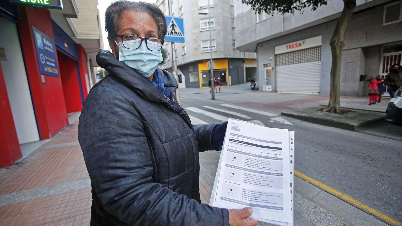 Un técnico en emergencias sanitarias, durante un traslado en el hospital Montecelo, de Pontevedra