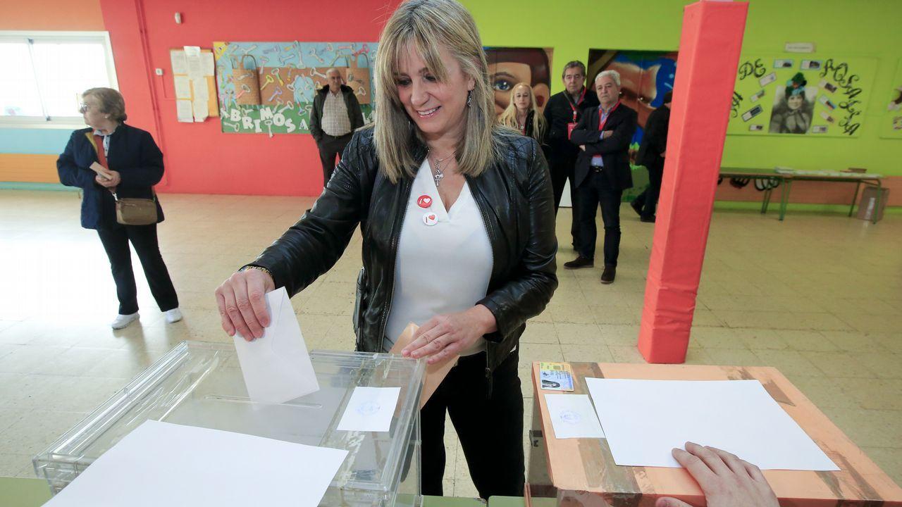 La candidata del PSOE, Ana Prieto, votando en el colegio de Rosalía de Castro