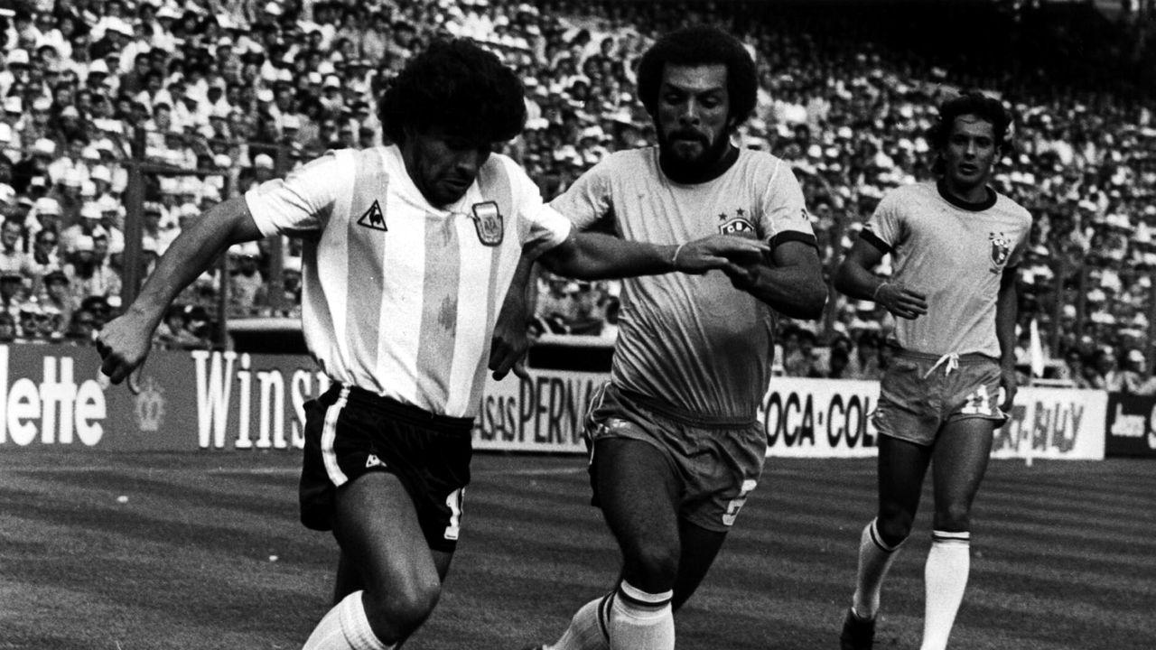 Intentando controlar un balón con la selección argentina ante el alemán Pluger en 1987