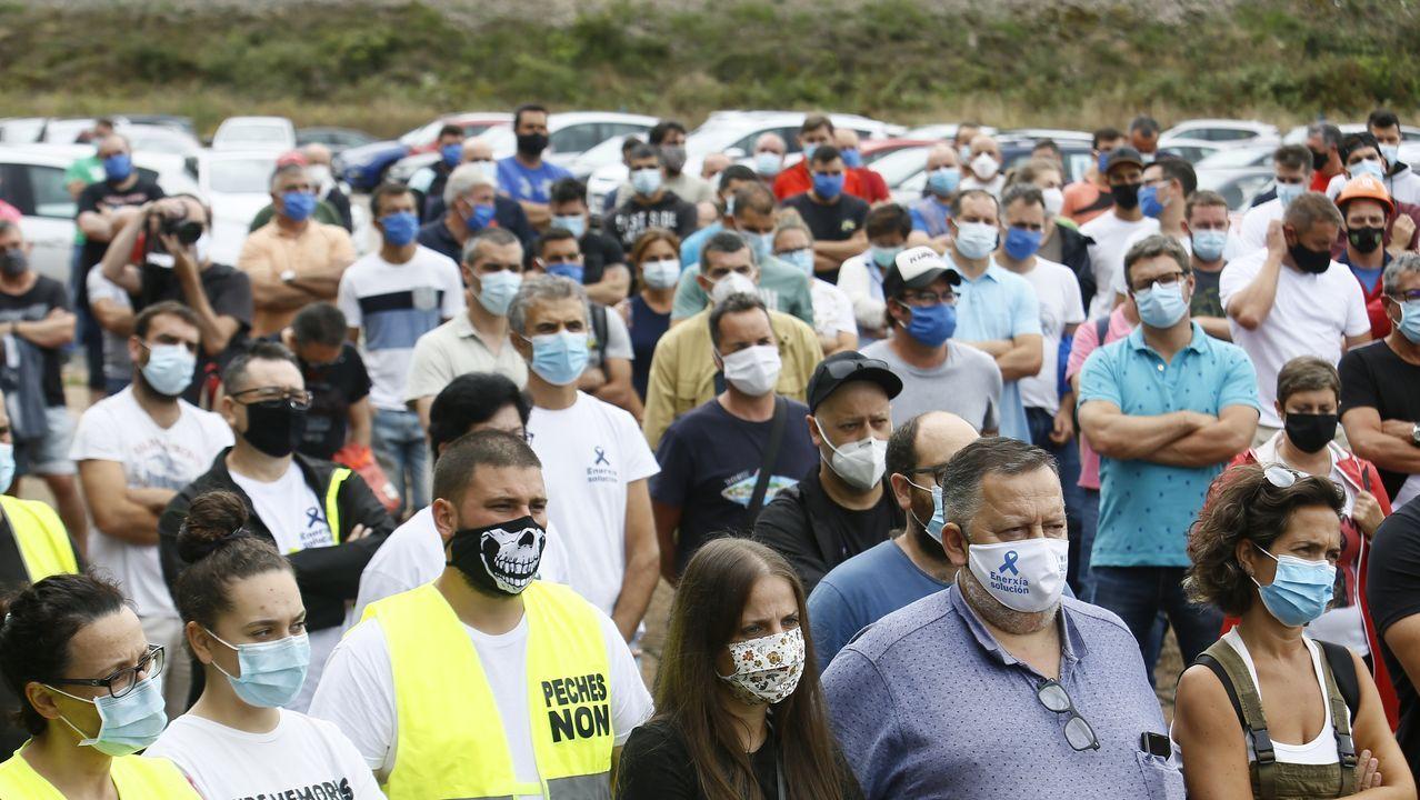 Imagen de la asamblea de trabajadores del lunes delante de la factoría mariñana de Alcoa