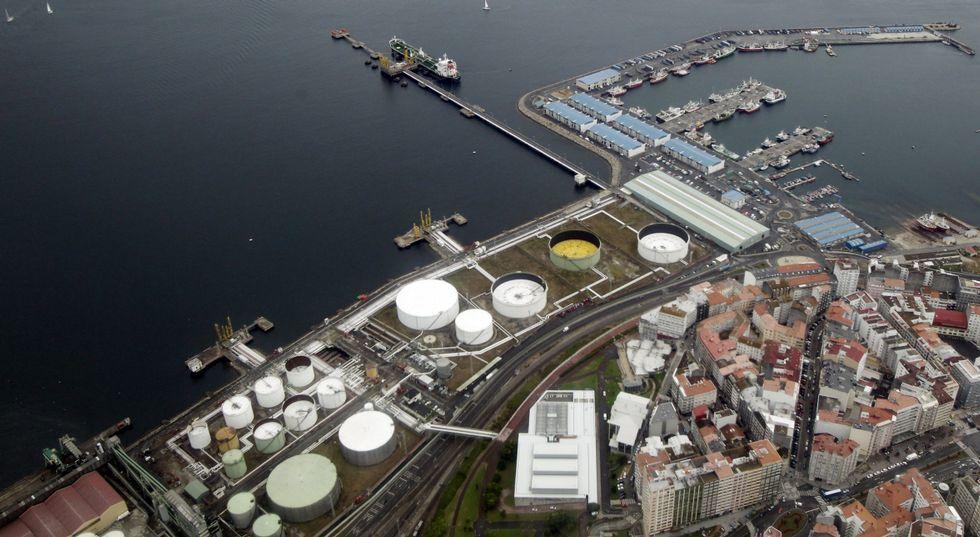 Las descargas de carbón y graneles en el puerto de A Coruña, un trastorno para los vecinos.El muelle petrolero es uno de los terrenos afectados por los convenios del 2004.
