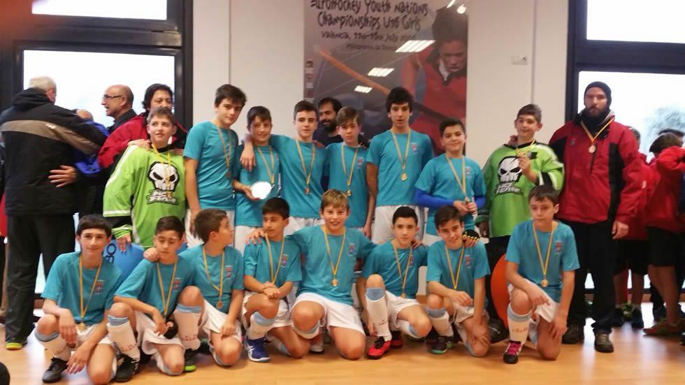 Celebración del Día del deporte en el IES O Couto.María Ángeles Rodríguez posa con la medalla.