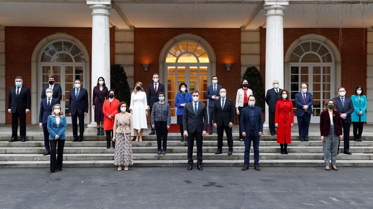 El presidente del Gobierno posa para la foto de familia a las puertas de la Moncloa con su nuevo equipo, al que se han incorporado Miquel Iceta y Carolina Darias